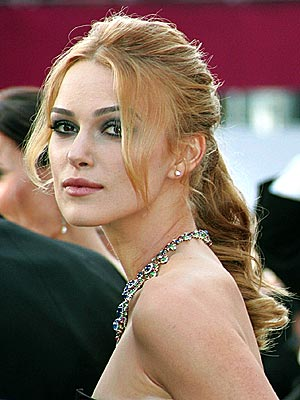Photo: Keira Knightley and her shoulders attend Oscar ceremony in 2006.