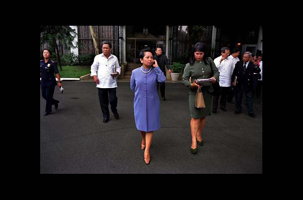 Arroyo and her entourage travel between buildings at Malaca&ntilde;ang Palace