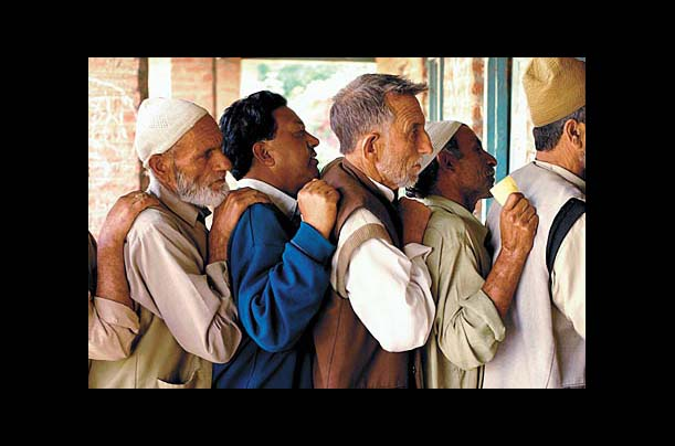 Kashmiri men line up to vote