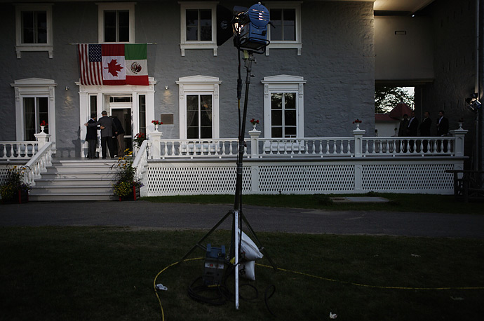Canadian Prime Minister Stephen Harper (C), President George W. Bush (R) and Mexican President Felipe Calderon pose for a photo at the Manoir Papineau before dinner,