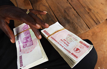 A Mozambican money changer holds Zimbabwean currency notes on the Zimbabwean-Mozambican border post of Machipanda in Manica, on May 05, 2008.