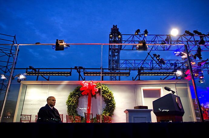 A Secret Service agent waits behind bullet proof glass for President Bush to arrive at the 2008 Lighting of the National Christmas Tree Ceremony on The Ellipse in Washington, D.C..