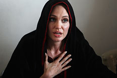 Angelina Jolie gestures as she speaks with media during a visit to the Jalozai flood victim relief camp during her visit to flood affected areas and relief camps supported by the UNHCR in Pakistan&#39;s northwest Khyber-Pakhtunkhwa province, Sep. 7, 2010.