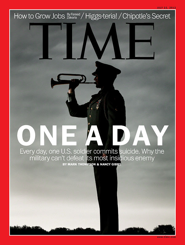 Photo silhouette of military officer blowing on trumpet