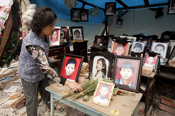 The parents of children who perished in Fuxing Elementary School erected a tent with photos and school desks in memory of their lost loved ones.