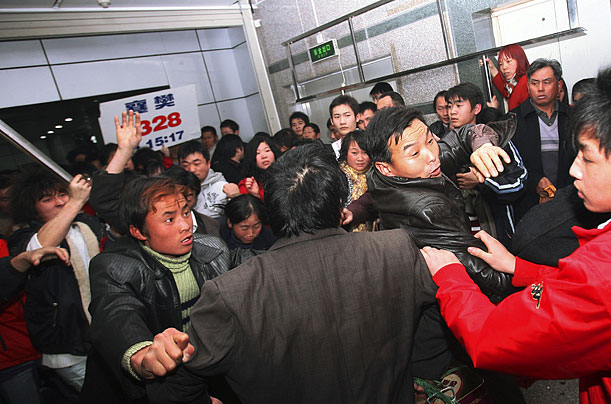 A fight breaks out among passengers trying to get on a delayed train in Guangzhou