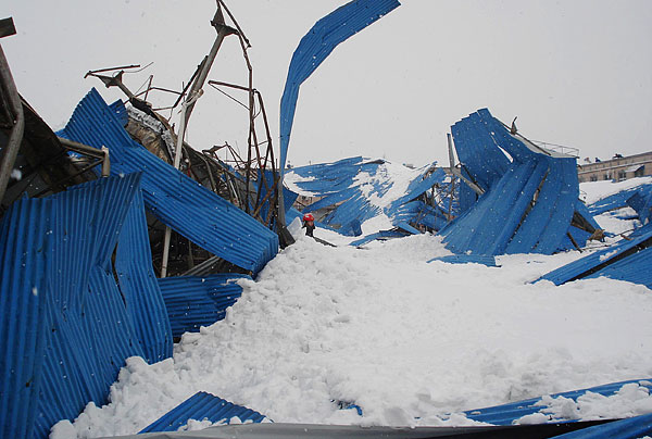 the roof of a farmers' market weighed down by heavy snow collapsed