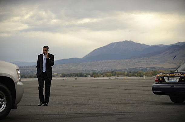 US Democratic presidential candidate Illinois Senator Barack Obama disembarks from his campaign plane in Reno, Nevada, September 29, 2008.