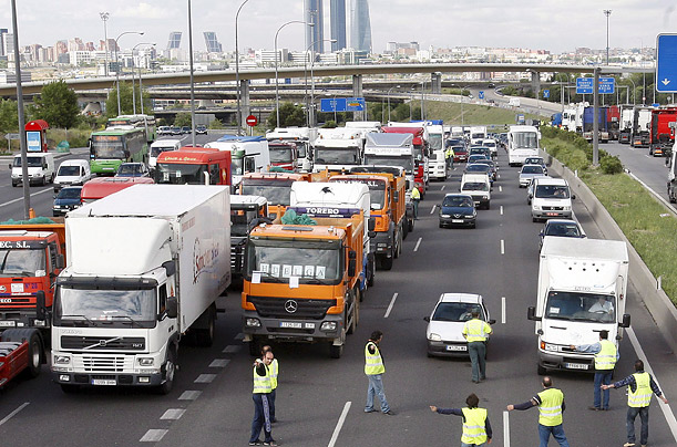 Truck drivers block the A1 highway in Madrid, central Spain, 10 June 2008. Spanish hauliers called on early 09 June 2008 for an indefinitive strike against fuel prices hike. The strike is part of Europe-wide protests against rising prices.
