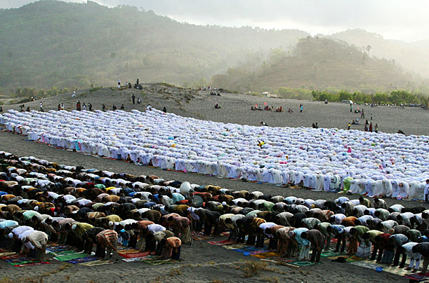  Indonesian people pray on the sand of Parangkusumo beach, on October 1, 2008 in Yogyakarta, Indonesia. Muslims around the world are celebrating the Eid-al-Fitr holiday, which marks the end of the fasting month of Ramadan.