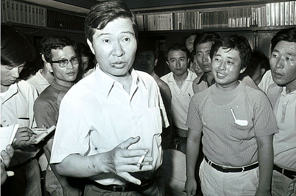 Kim Dae Jung speaks to the press at his home in Seoul in August 1973