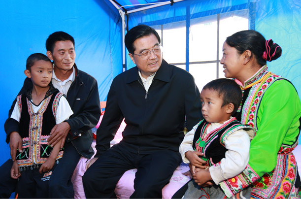 Chinese President Hu Jintao, center, chats with a quake-affected family in Yao'an County