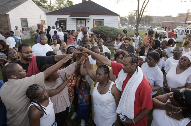 Warga di kampung Jacko di Gary, Indiana, berdoa. Saudaranya, Jermaine berkata: May Allah be with you, Michael. Foto: Frank Polish/Reuters