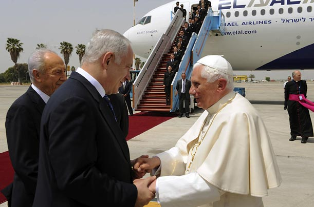 Pope Benedict XVI speaks with Israeli Prime Minister Benjamin Netanyahu during an official departure ceremony at Ben Gurion airport. Israeli President Shimon Peres stands with them.