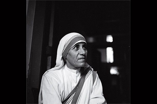 Missionaries of Charity decorate the tomb of Mother Teresa at Mother ...
