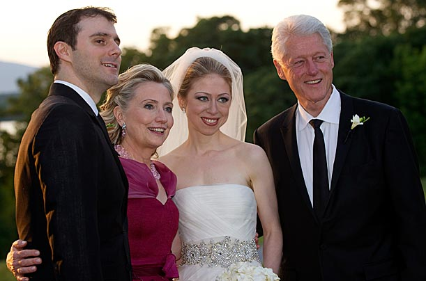 Once again, fashion guru Oscar de la Renta has designed a gown for an historical White House moment. Secretary of State and mother of the bride Hillary Clinton wore e la Renta to the wedding of her daughter Chelsea to Marc Mezvinsky.