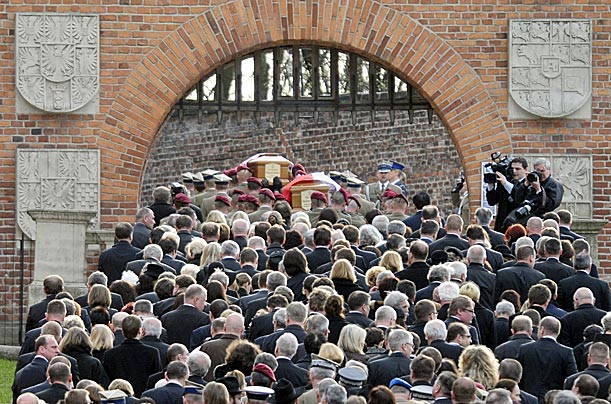 Mourners follow the funeral train up into Wawel Castle.