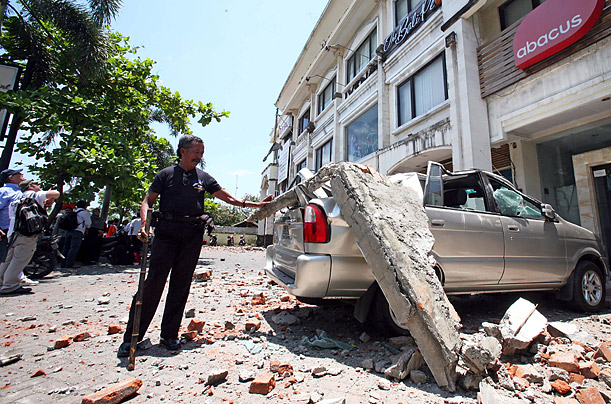 earthquake rattles bali photo essays time earthquake in bali