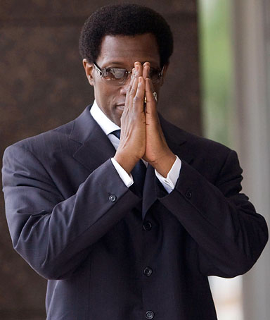 Actor Wesley Snipes (R) clasps his hands while walking into the federal courthouse for sentencing in Ocala, Florida April 24, 2008