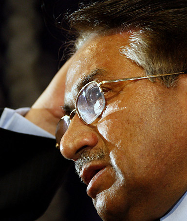 Pakistani President Pervez Musharraf speaks at the Royal United Services Institute (RUSI), in central London, 25 January 2008.