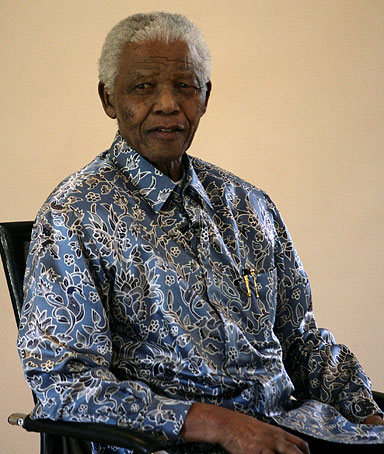 South Africa's former president Nelson Mandela waits to meet Paralympics team at the Nelson Mandela foundation in Houghton October 3, 2008.