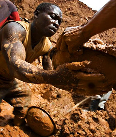 Gold miners form a human chain while digging an open pit at the Chudja mine in the Kilomoto concession near the village of Kobu, 100 km (62 miles) from Bunia in north-eastern Congo, February 23, 2009.