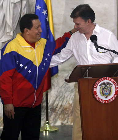 Colombia's President Juan Manuel Santos (right) and his Venezuelan counterpart Hugo Chavez smile before a news conference in Santa Marta August 10, 2010.