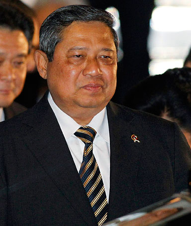 Indonesia's President Susilo Bambang Yudhoyono arrives at Haneda airport in Tokyo, for the APEC Summit in Yokohama, November 12, 2010