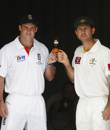 England's Captain Andrew Strauss (left) and Australia's Captain Ricky Pointing hold the Ashes urn ahead of the first test of the Ashes series in Brisbane November 24, 2010