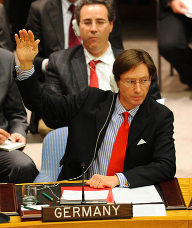 Germany's Ambassador to the United Nations Peter Wittig (C) and India's Ambassador to the UN Hardeep Singh Puri (R) vote to abstain the UN Security Council Libya resolution calling for a no-fly, March 17, 2011, UN headquarters, New York.