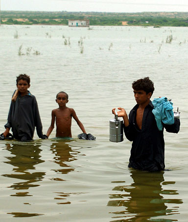 People flee flooded areas in Tando Muhammad Khan, Sindh province, Pakistan on 14 September 2011.