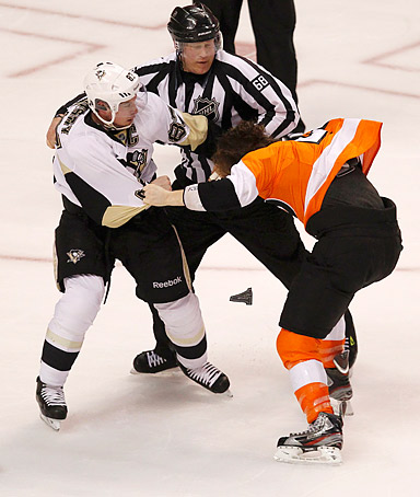 Pittsburgh Penguins' Sidney Crosby (L) fights with Philadelphia Flyers' Claude Giroux (R) during the first period in Game 3 of their NHL Eastern Conference quarterfinal playoff hockey series in Philadelphia, April 15, 2012.