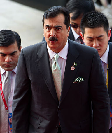Pakistan's Prime Minister Yousuf Raza Gilani (C) arrives for the opening ceremony of the Boao Forum for Asia on the southern Chinese island of Hainan on April 2, 2012.