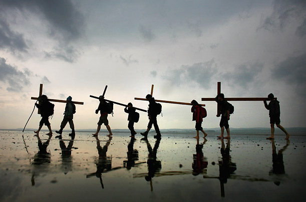 More than 60 people celebrated Easter in England by walking with crosses in the  Northern Cross pilgrimage to Holy Island.