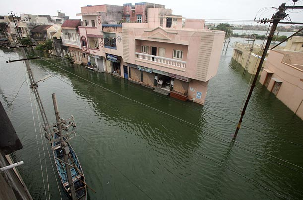 Torrential rain has flooded the western Indian city of Ahmedabad and driven out around 3000 families from the region.