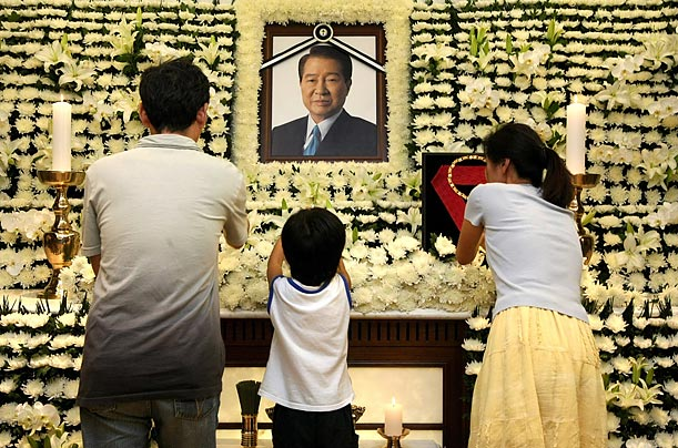 People offer flowers in memory of the deceased former South Korean President Kim Dae-Jung at a funeral home in Seoul.