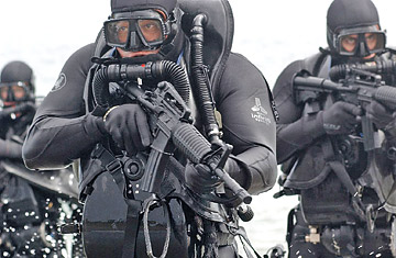 How Navy special ops survive training missions in freezing ...  |Navy Seals Emerging From Water