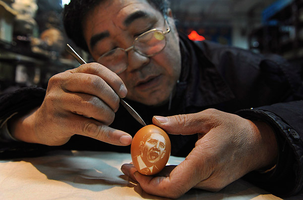 Souvenir  Folk artist Kang Yongguo carves a portrait of President Obama on an eggshell in Shenyang, Liaoning province.